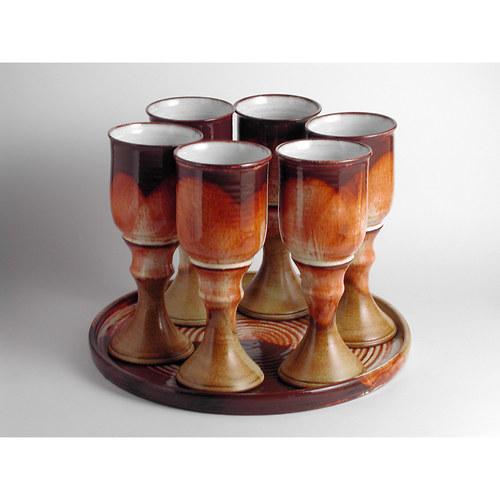 Sada pohárů na tácu