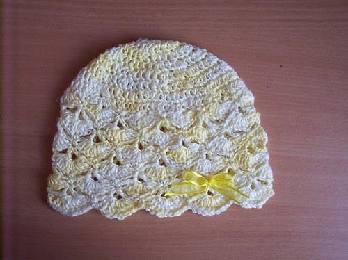 Háčkovaná jarní žlutá čepice s mašličkou