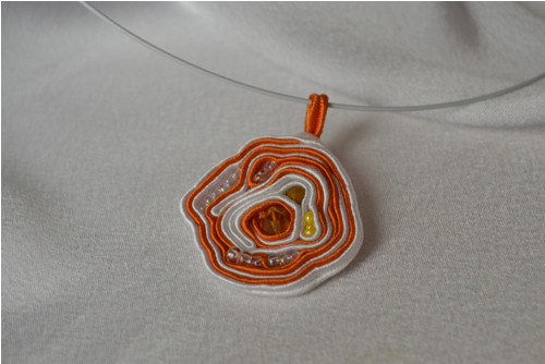 Náhrdelník oranžovo-bílý / sutaška