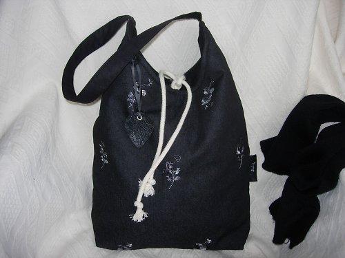 Taška (vak) s výšivkou a koženým přívěskem