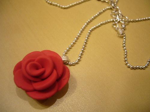 Náhrdelník s červenou růžičkou