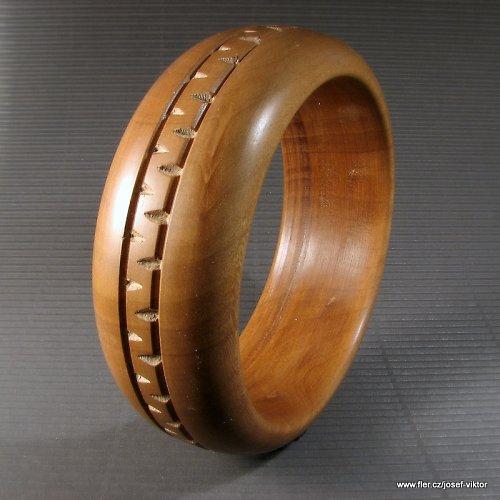 KLASIK dřevěný náramek hrušeň zdobený