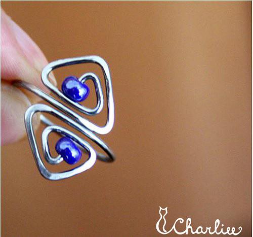 Tepaný prsten - spirálové trojúhelníčky chir. ocel