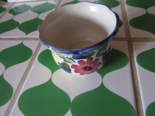 porcelánové šálky s malovanými kvítky