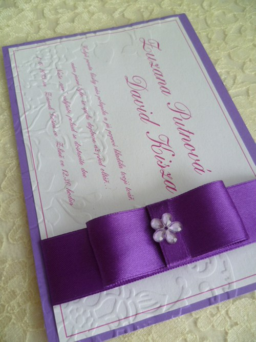Svatební oznámení fialové se vzorem a stuhou