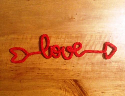 Pletené napisy `Love`