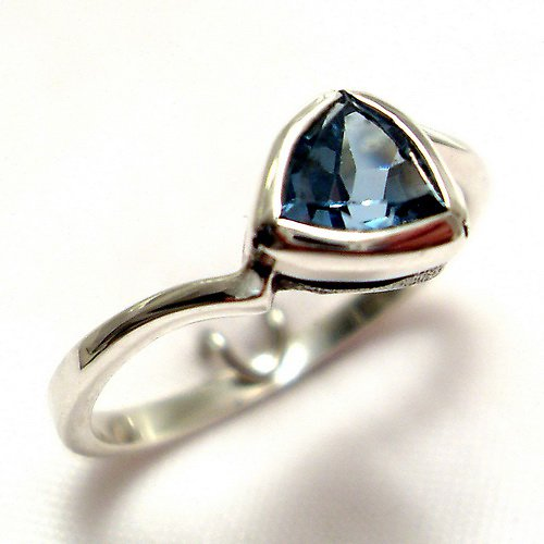 Prsten «Tulipán» - stříbro 925/1000, modrý topaz