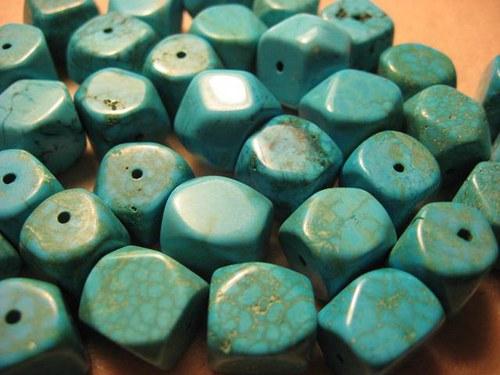 Tyrkys - Tykenit kostky cca 13x13x13 mm (cena 3ks)