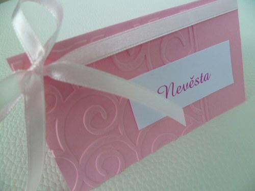 růžové jmenovky s ornamentem na svatební stůl...