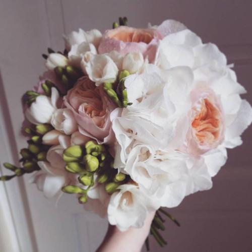 Bílo-meruňková svatební kytice