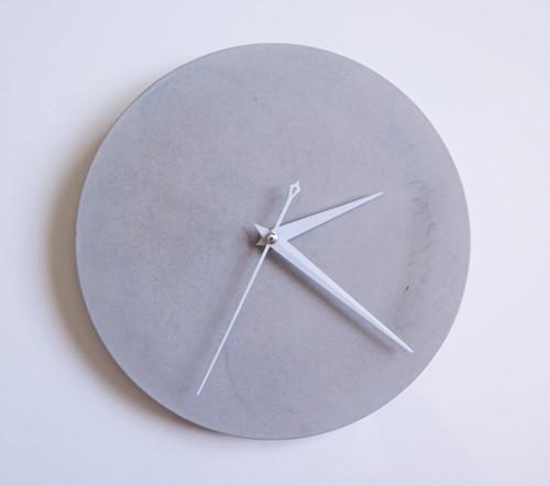 Ručne vyrobené nástenné hodiny – Pure concrete min