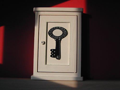ČARODĚJOVA dřevěná skříňka na klíče