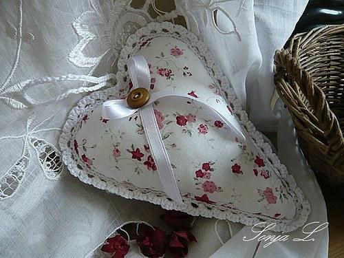 Srdíčko s háčkovanou krajkou  ~ růžová zahrada