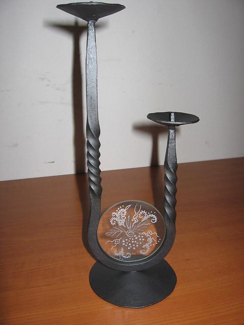 kovaný svícen se skleněným obrázkem