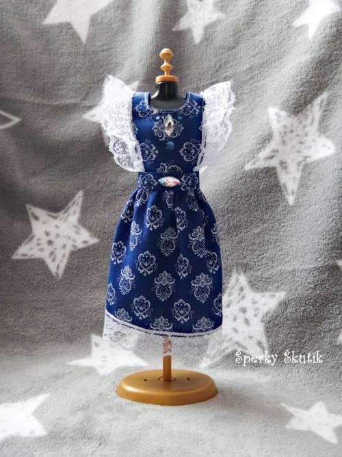 SA0074 - Tm. modré zástěrkové šaty s bílou krajkou