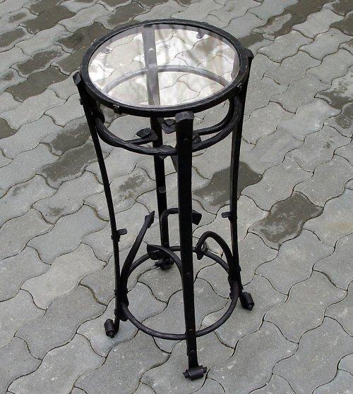 Kovaný stolík malý se sklem