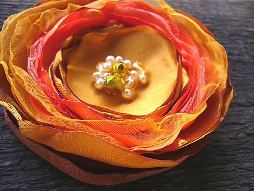 Květina brož / satén / organza / zlatka