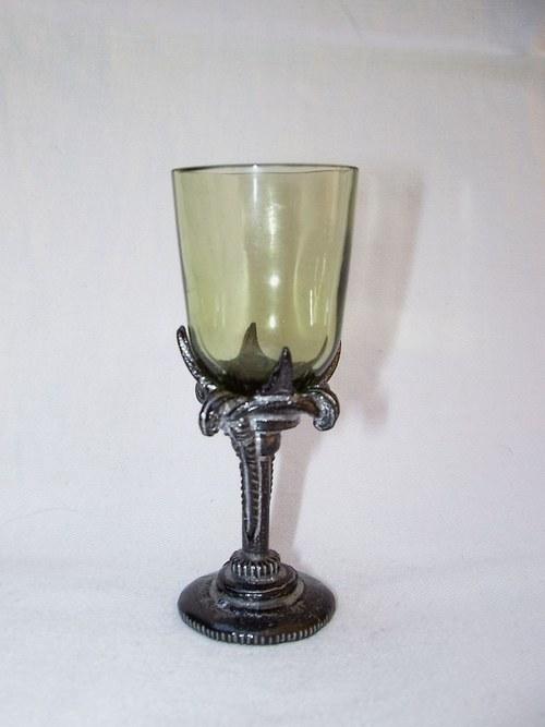 likérová sklenička rovná s nohou ve tvaru lilie