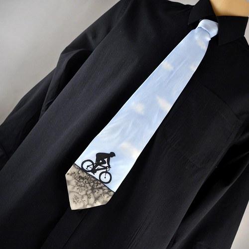 Hedvábná kravata s cyklistou světle modrá