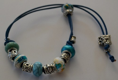 korálkový náramek modrý o motýlkem
