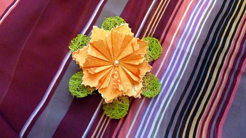 Oranžová kytička se sisalovou květinou