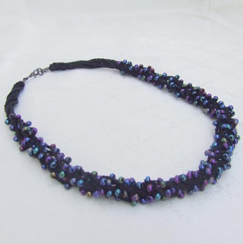 Háčkovaný náhrdelník Noční duha
