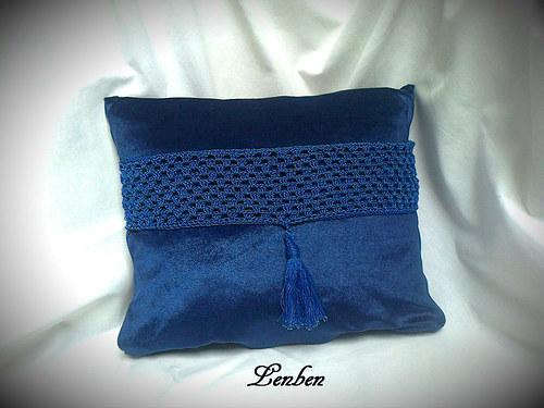 polštářek modrý s háčkovaným pruhem