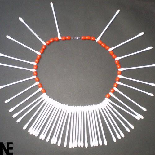 Červený tyčinkovský náhrdelník