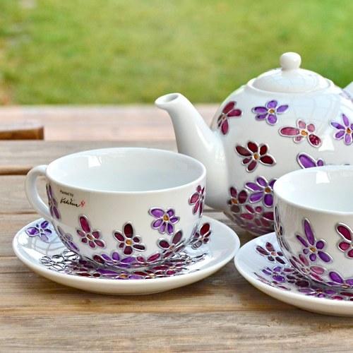 Čajový hrneček s fialovým kvítím
