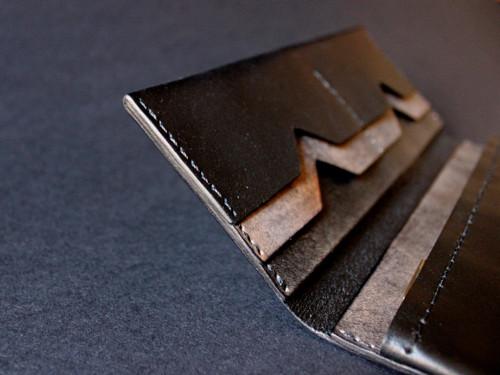 Černá kožená peněženka s magnetem a kapsou na zip