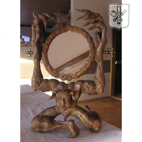 Ořechové zrcadlo ve tvaru čerta