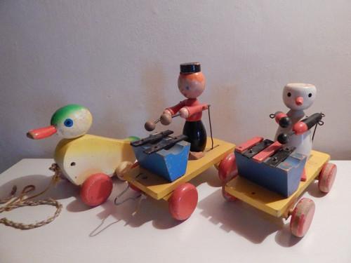 3 staré dřevěné hračky na kolečkách