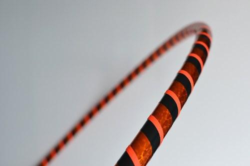 Obruč na hooping oranžovo-černá 100 cm