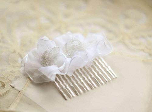 Svatební květiny s bílou vintage krajkou