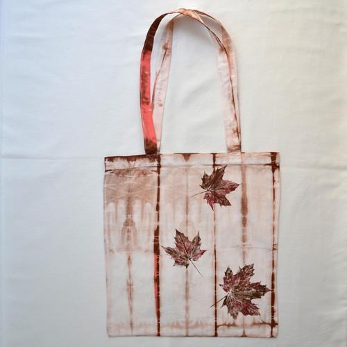 Bílo-růžovo-hnědá batikovaná plátěná taška s listy