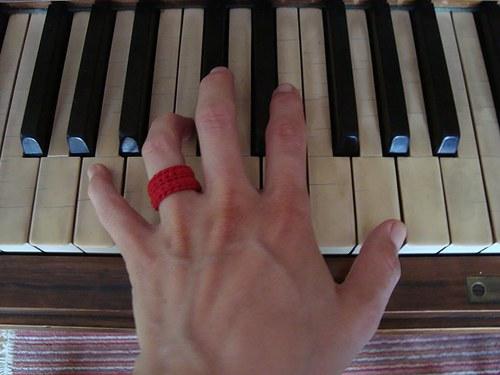 Háčkovaný prstýnek - červený