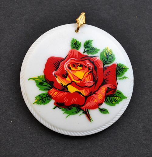 Ručně malovaný skleněný přívěsek s růží 5 cm.