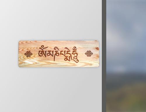 Tibetská mantra Om Mani Päme Hung gravír. na dřevo