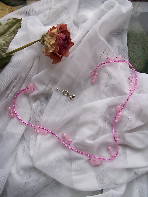 Růžový závojíček