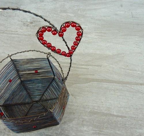 Košík s červeným srdíčkem - SLEVA