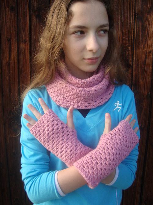 Růžový nákrčník a bezprstové rukavice.
