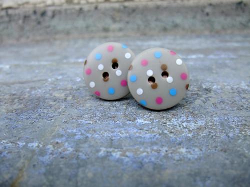 Knoflíkové náušnice - šedé s barevnými puntíky