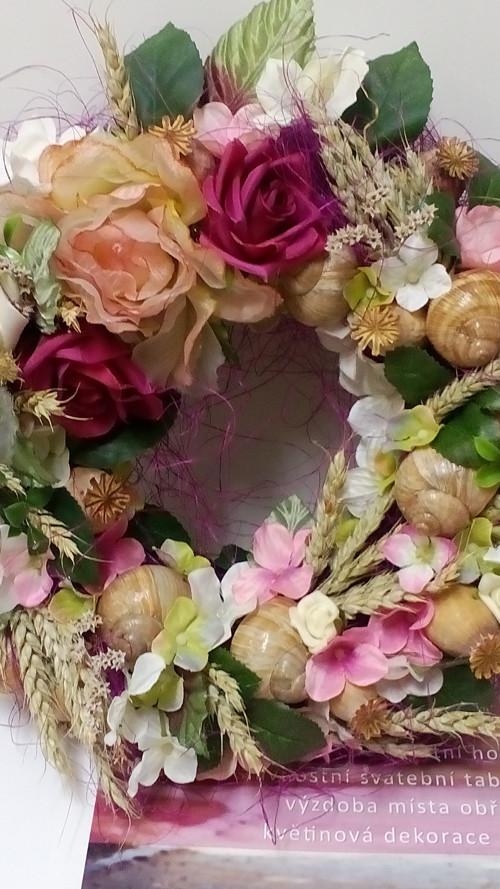 Věnec květinový s růžemi a ulitami