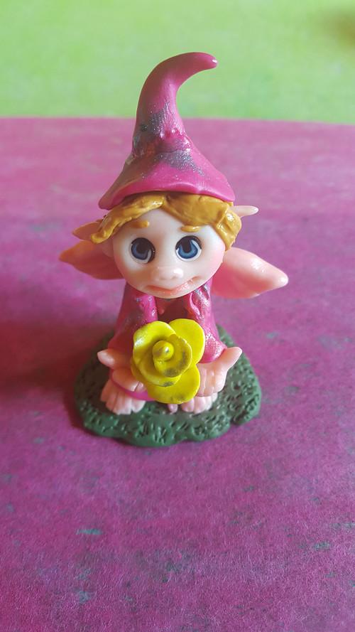 Růžový elf s růží