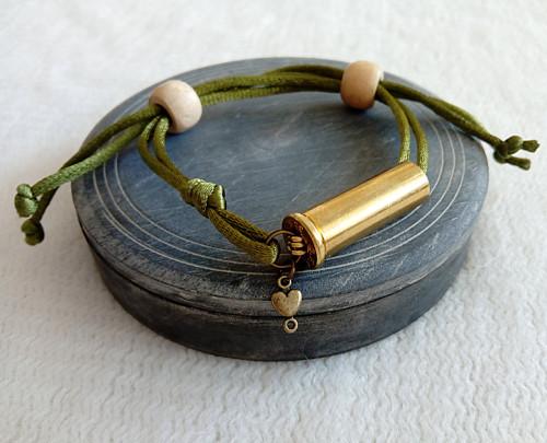 Saténový náramek s nábojnicí olivový