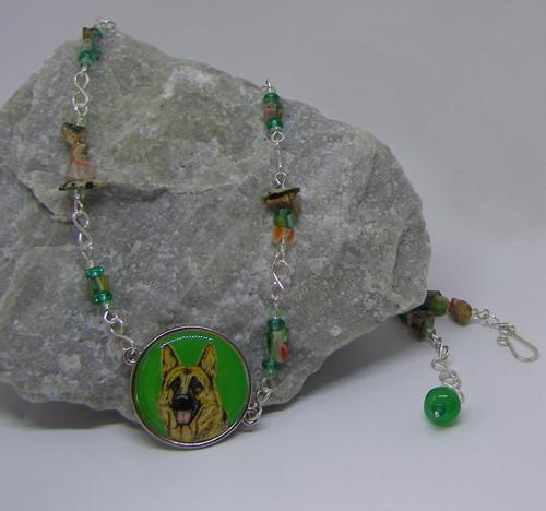 Pestrý náhrdelník se psem
