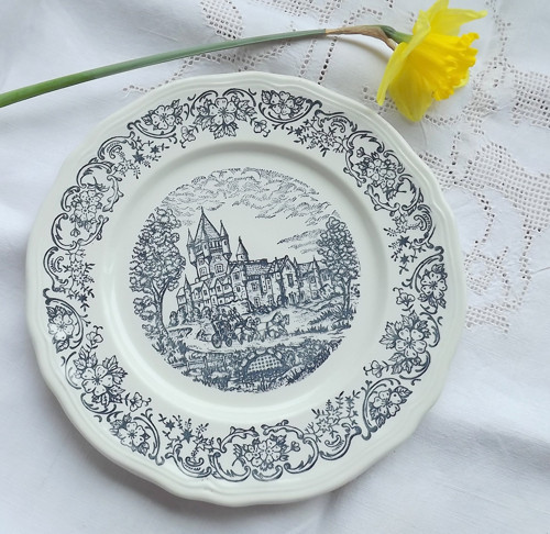 Bohatě zdobený talíř