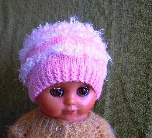 Pletená růžová čepička s bílými pruhy