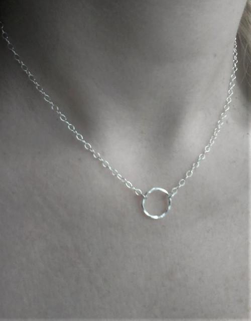 Jemný stříbrný náhrdelník karma