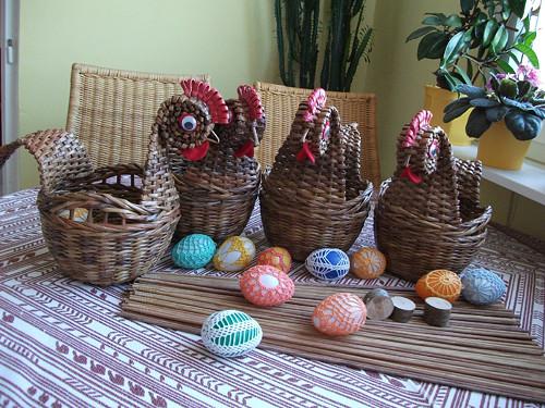 Slepice-miska na velikonoce a háčkovaná vajíčka